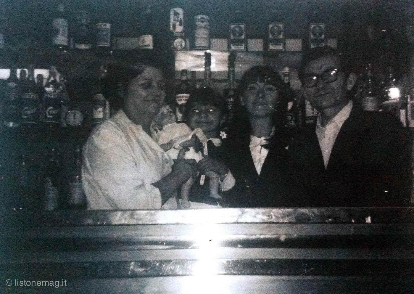 Noemi, Maria Cristina, Afra, Wilman, in una polaroid del 1940 nella trattoria di Via Ragno