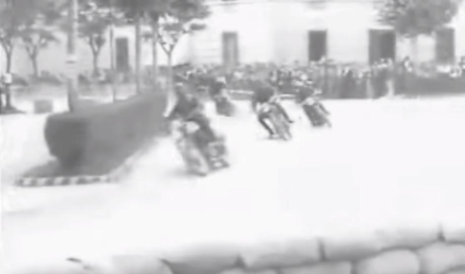 Il passaggio di una gara motociclistica nel 1939 davanti alla Caserma Pastrengo